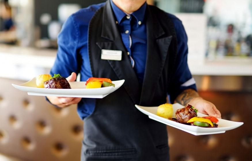 Travailler comme serveur dans l'hôtellerie-restauration